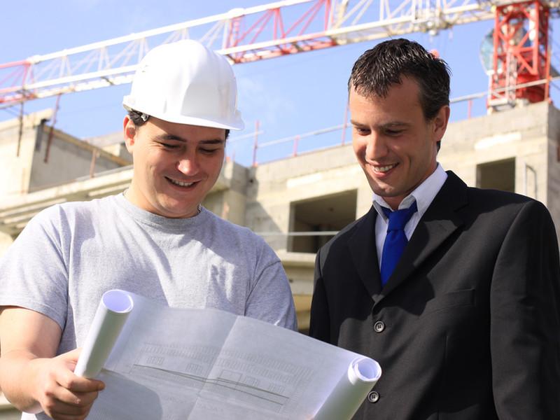 Besprechung auf der Baustelle - Vermessungsingenieur Christian Kersten
